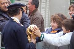 I bambini con la Coppa del Mondo.