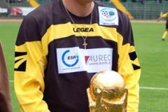 Toni Polster prova la Coppa.