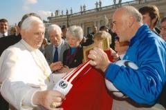 La presentazione della maglia ufficiale a Papa Benedetto XVI.