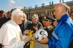 Un'altra immagine dell'incontro con Papa Benedetto XVI in piazza S.Pietro